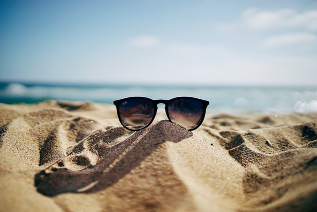 砂浜の上にサングラスの夏っぽい画像