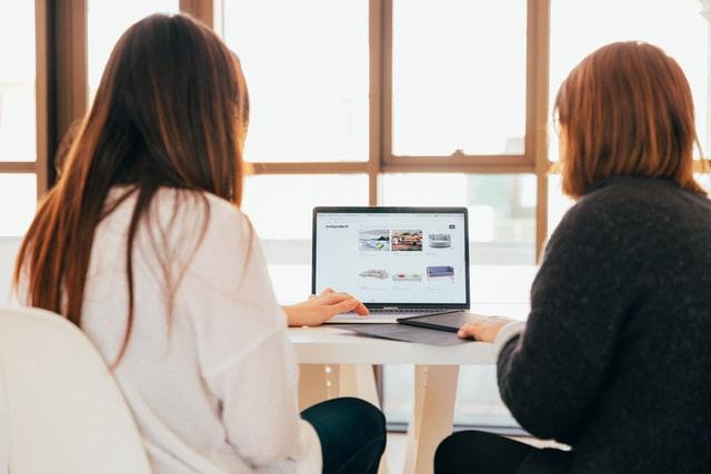 パソコンを操作する2人の女性