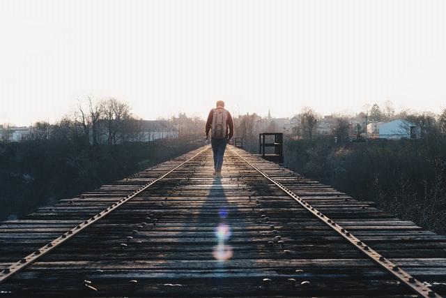線路を歩く人の画像